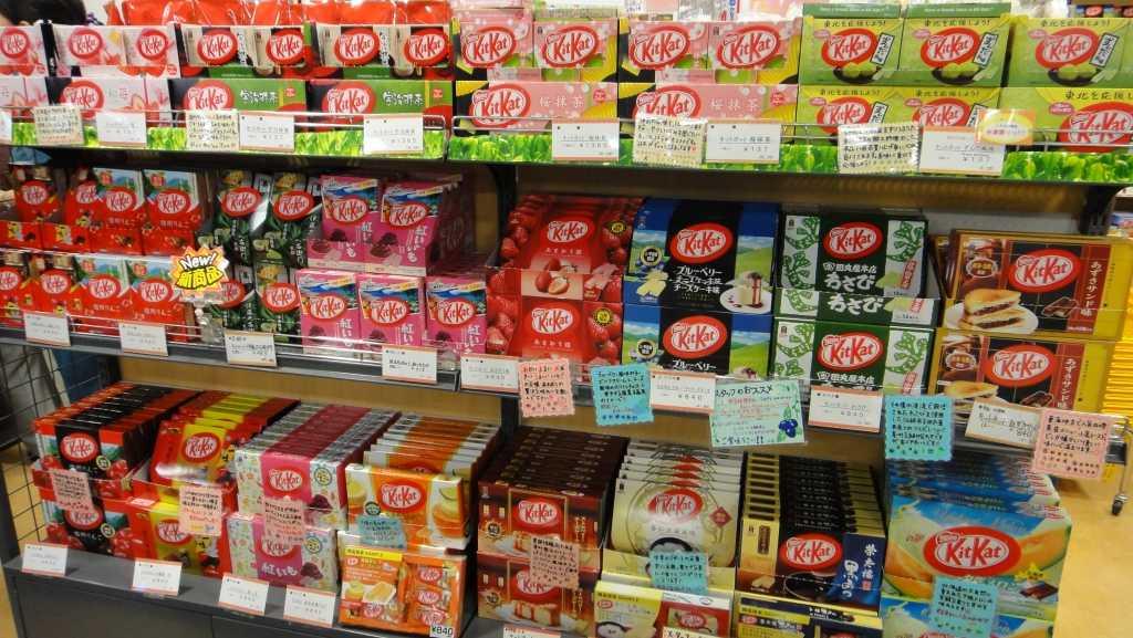 علب الكيت كات في أحد متاجر اليابان