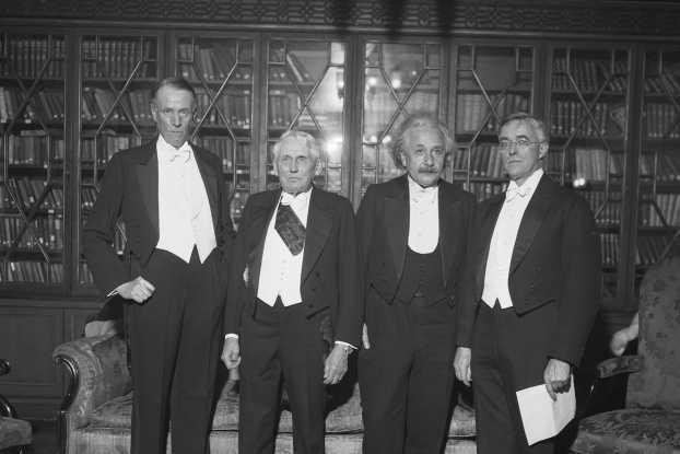 أينشتاين مع عدد من العلماء الحاصلين على جائزة نوبل