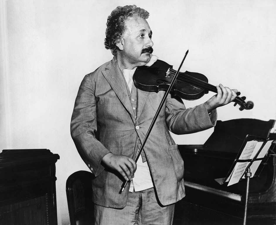 أينشتاين يعزف على آلة الكمان