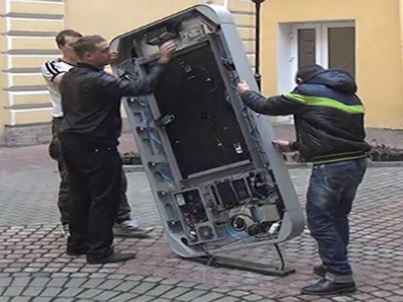 مواطنين روس يفككون نصب تذكاري لستيف جوبز