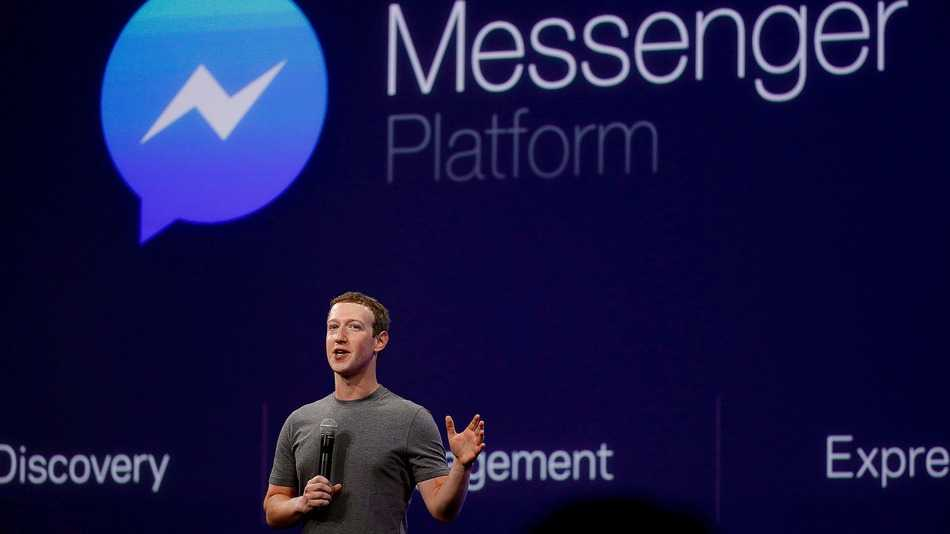 مارك زوكربيرج خلفه شعار فيس بوك ماسنجر