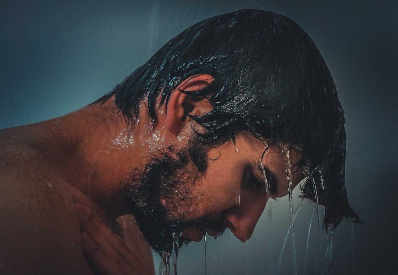 الاستحمام صباحا أم مساءا، أيهما أفضل؟ العلم يجيب