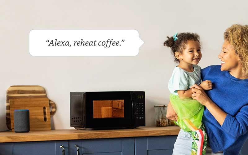يمكن للمستخدم من خلال AmazonBasics Microwave الطبخ بسهولة عبر الأوامر الصوتية