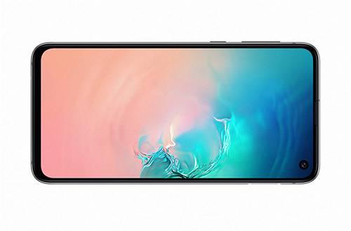 يأتي Galaxy S10E بشاشة غير منحنية من الجانبين قياسها 5.8 بوصة