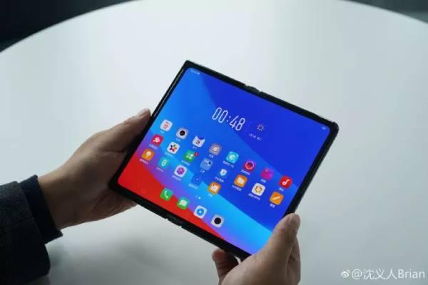 يوضح التصميم أن هاتف اوبو بشاشة يمكن طيها يحمل شاشة OLED كبيرة يمكن طيها للخارج