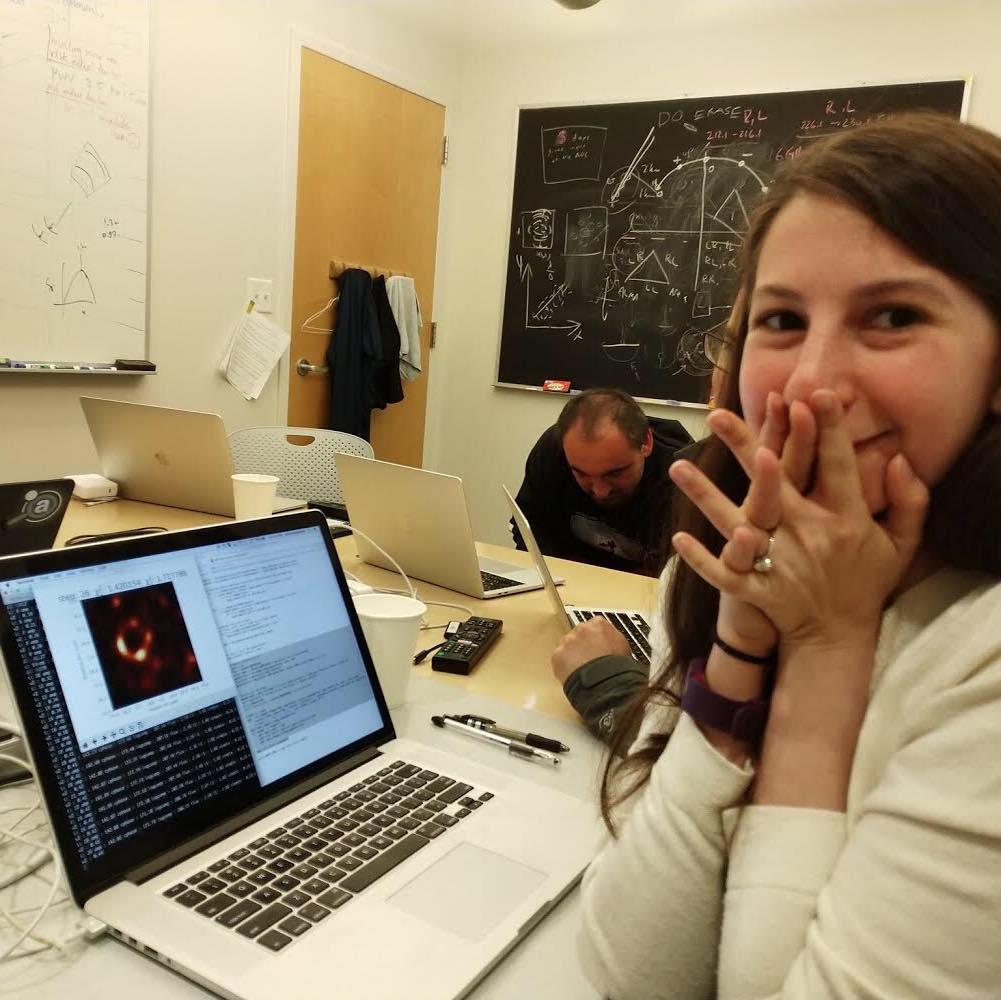 من هي كاتي بومان katie bouman ؟ وكيف ساهمت الخوارزمية التي طورتها كاتي بومان في الحصول على أول صورة ثقب أسود في تاريخ البشرية ؟