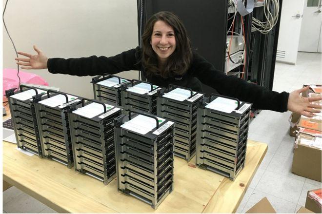 كاتي بومان الطالبة في معهد ماساتشوستس للتكنولوجيا، والتي طورت خورازمية لجمع البيانات التي ترصدها 8 تلسكوبات للوصول إلى أول صورة ثقب أسود