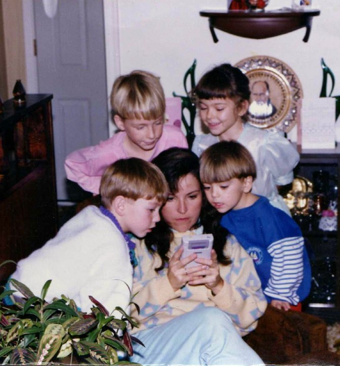 أم تساعد أطفالها في تخطي مستوى صعب في لعبة سوبر ماريو صدى التقنية