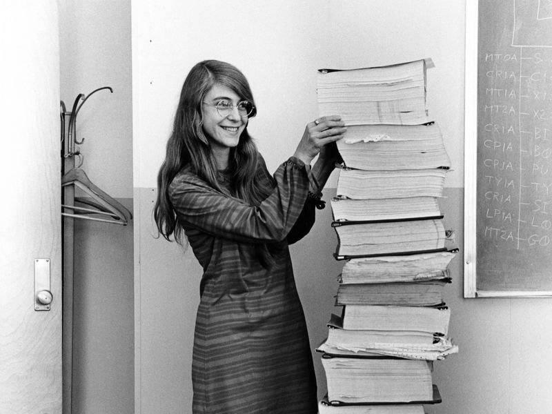 """مارجريت هاميلتون مع الشفر البرمجية """"الكود"""" مطبوعا للمهمة الفضائية أبولو 11"""