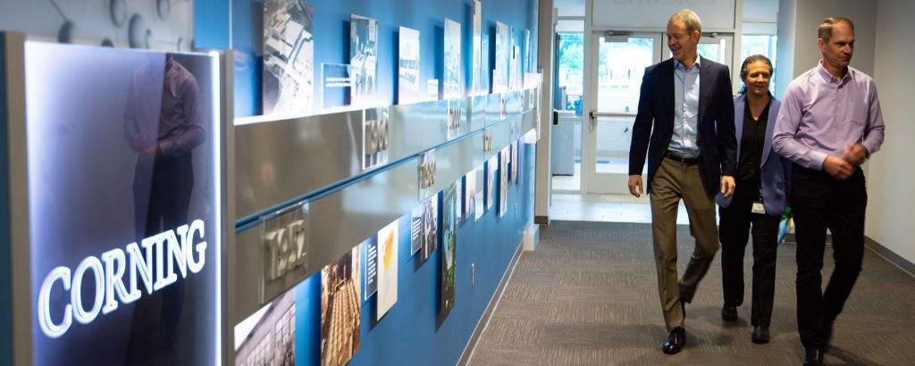 آبل تمنح شركة Corning لتصنيع الزجاج 250 مليون دولار