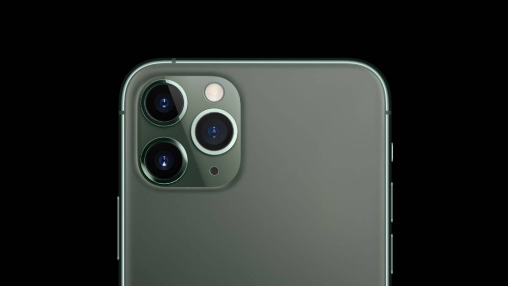 iPhone 11 Pro مزود بثلاثة كاميرات خلفية