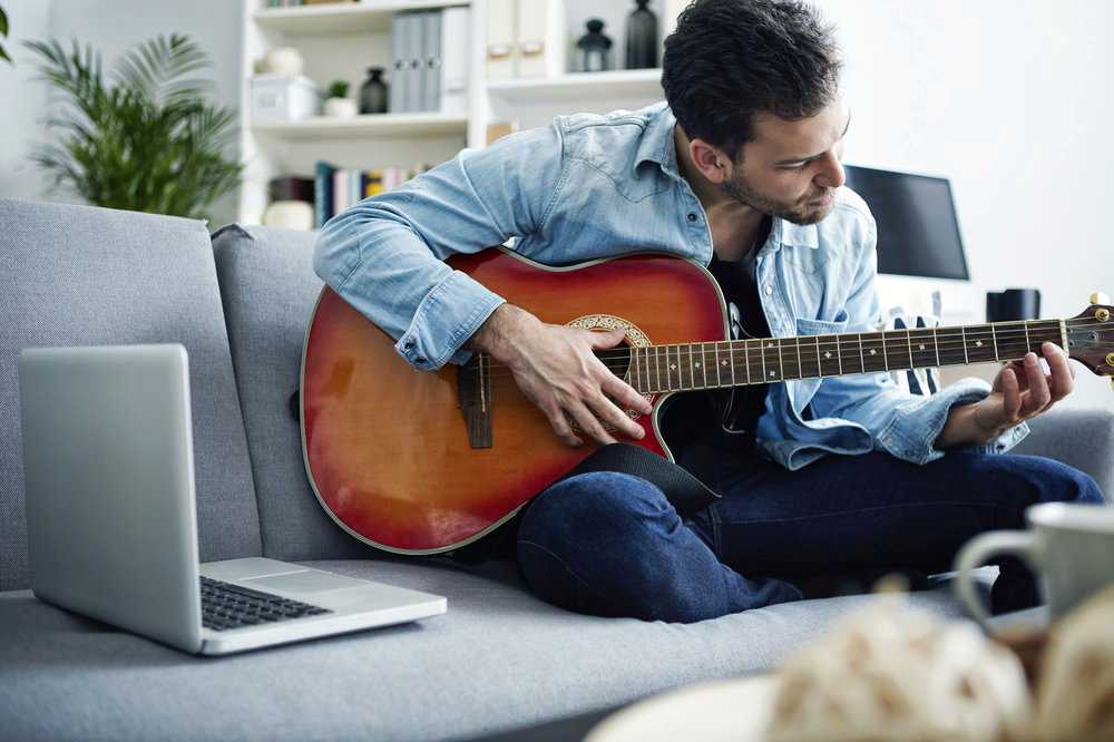 رجل يلعب على جيتار قالت جوجل أن ميزة Chrome الجديدة نجحت في وصف الصورة تلقائيا