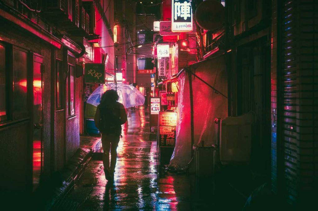 شاب ياباني هاجم نجمة بوب في منزلها بعد تتبع انعكاس الصور في عينيها